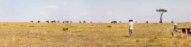 Kinder, die große Migration in Kenia zeugen lizenzfreies stockbild