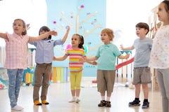 Kinder, die Gymnastik im Kindergarten üben stockfoto