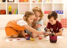 Kinder, die Hände mit ihrer Mutter malen Lizenzfreie Stockfotografie