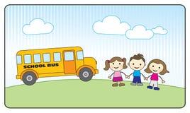 Kinder, die Hände und Schulbus anhalten Stockfotos