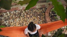 Kinder, die Hängematte sitzen stock video