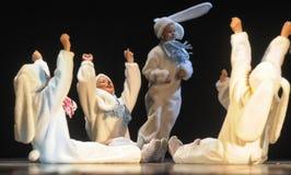 Kinder, die in Häschenkostüme tanzen Stockfoto