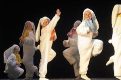 Kinder, die in Häschenkostüme tanzen Lizenzfreies Stockbild