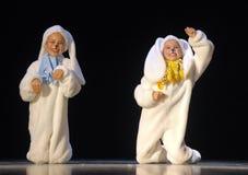 Kinder, die in Häschenkostüme tanzen Stockbilder