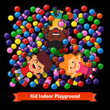 Kinder, die am Hallenbad von Plastikbällen spielen Lizenzfreie Stockfotografie