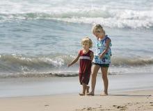 Kinder, die Hand in Hand gehen Lizenzfreies Stockfoto