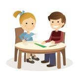Kinder, die Handwerk in einer Tabelle O machen Stockbild