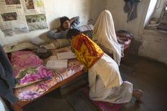 Kinder, die Hausarbeit an Jagadguru-Schule tun Stockfotografie