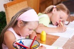 Kinder, die Heimarbeit für Schule tun Lizenzfreie Stockfotos