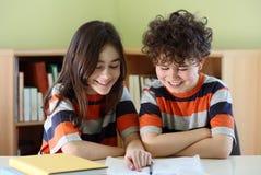 Kinder, die Heimarbeit tun stockbilder