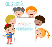 Kinder, die hinter Plakat, glückliche Kinder, nette Kleinkinder auf weißem Hintergrund lugen Lizenzfreie Stockfotos