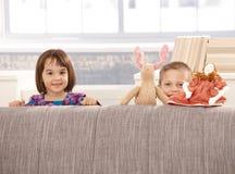 Kinder, die hinter Sofa stehen stockbilder