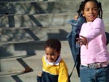 Kinder, die hinunter Schritte laufen lizenzfreies stockfoto