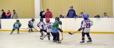 Kinder, die Hockey spielen Stockbild