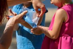 Kinder, die Holi-Pulverfarbe spielen Stockbilder