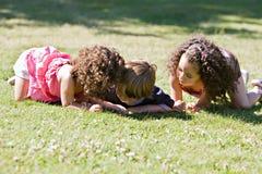 Kinder, die ihre Umgebung entdecken Lizenzfreies Stockfoto