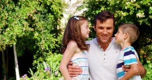 Kinder, die ihren Vater küssen stock footage