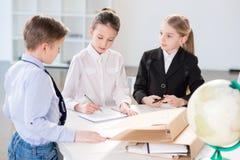 Kinder, die im Büro arbeiten stockfotografie