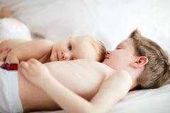 Kinder, die im Bett spielen Stockbilder