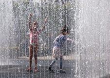 Kinder, die im Brunnen spielen Stockfoto