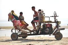 Kinder, die im Fahrzeug spielen Lizenzfreie Stockbilder