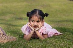 Kinder, die im Gras liegen Lizenzfreies Stockfoto