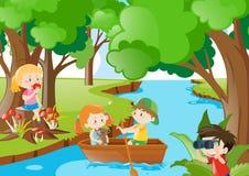 Kinder, die im Holz spielen Stockfotos