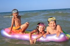 Kinder, die im Meer spielen Stockfotografie