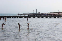 Kinder, die im Meer spielen Lizenzfreies Stockfoto