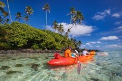 Kinder, die im Ozean Kayak fahren Lizenzfreie Stockbilder