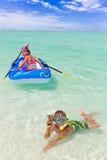 Kinder, die im Ozean spielen Lizenzfreie Stockbilder