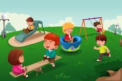 Kinder, die im Park spielen Stockfotos