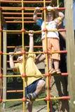 Kinder, die im Park spielen Stockbild