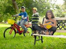 Kinder, die im Park spielen lizenzfreies stockfoto