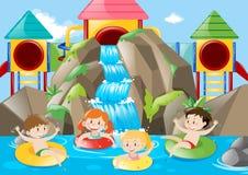 Kinder, die im Pool mit Wasserfall schwimmen Lizenzfreie Stockfotos