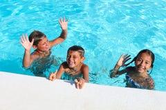 Kinder, die im Pool spielen stockfotografie