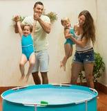 Kinder, die im Pool spielen Stockfotos