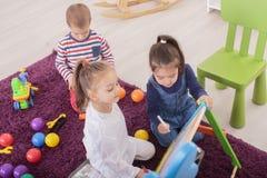 Kinder, die im Raum spielen lizenzfreie stockfotografie