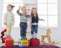 Kinder, die im Raum spielen stockfotos