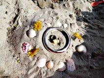 Kinder, die im Sand spielen Lizenzfreie Stockfotografie