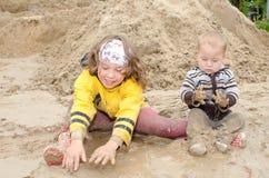 Kinder, die im Schlamm spielen Lizenzfreies Stockfoto