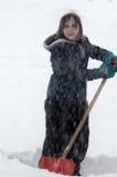 Kinder, die im Schnee mit dem Schneeflocken-Fallen spielen Stockfotografie