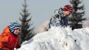 Kinder, die im Schnee spielen stock footage