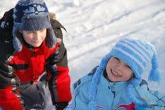 Kinder, die im Schnee spielen Stockbilder