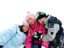 Kinder, die im Schnee spielen Stockfotos