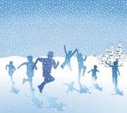 Kinder, die im Schnee spielen Stockfoto