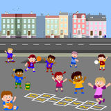 Kinder, die im Spielplatz spielen Stockbilder