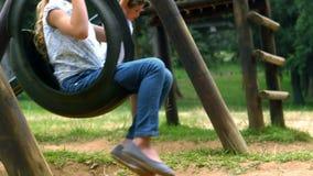 Kinder, die im Spielplatz spielen stock video footage