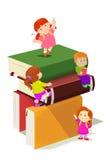 Kinder, die im Stapel Büchern klettern Lizenzfreie Stockbilder