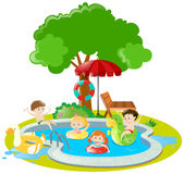 Kinder, die im Swimmingpool schwimmen Stockfotos